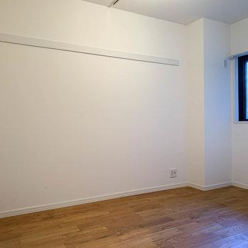 【洋室6帖②】書斎や趣味の部屋、収納部屋などにも良さそうな空間。