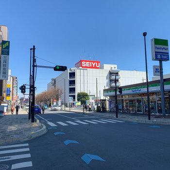 北口には24時間営業のスーパーもあります。