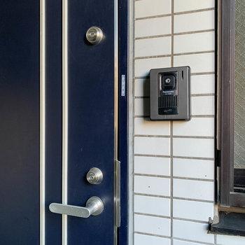 玄関は防犯面を考慮したダブルロックキー。