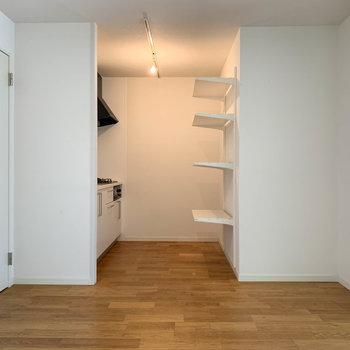 【LDK】角の部分か、棚の奥に冷蔵庫が置けます。
