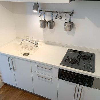 【LDK】作業スペースやシンクも広く、使い勝手の良いキッチンです。※写真はクリーニング前のものです