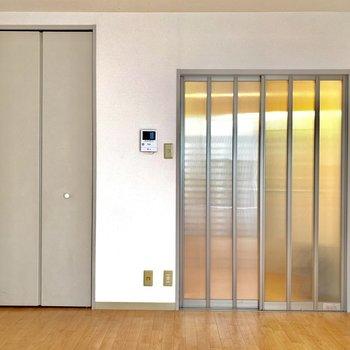 窓を背に。キッチンに続くガラス扉が印象的です。※写真は1階の同間取り別部屋のものです