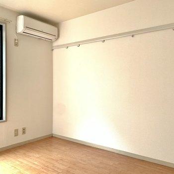 右側の壁にピクチャーレールがありました。※写真は1階の同間取り別部屋のものです