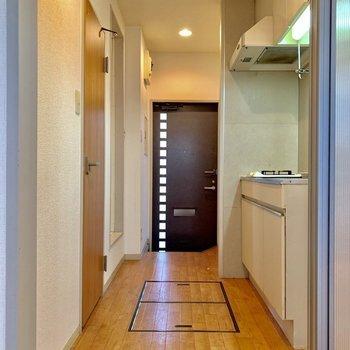 扉をスライドさせてキッチン方面へ。※写真は1階の同間取り別部屋のものです