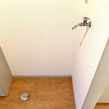 玄関横が洗濯機置き場でした。※写真は1階の同間取り別部屋・クリーニング前のものです
