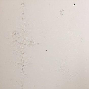 壁はラフに塗られています。