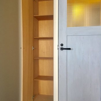 ここに棚があります。シューズボックスとして使っても、普通の収納として使っても。
