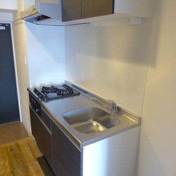 システムキッチンは2口ガスコンロ。(※写真は5階の同間取り別部屋のものです)