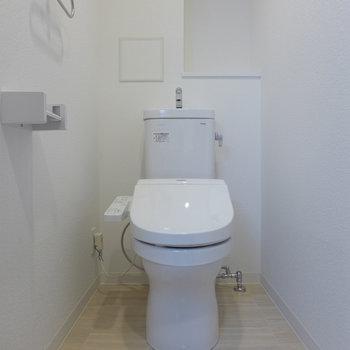 トイレは個室。嬉しいウォシュレット。(※写真は5階の同間取り別部屋のものです)