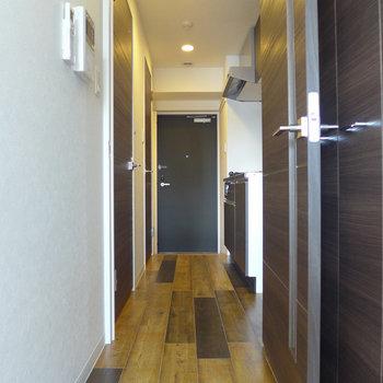 廊下にキッチンと収納があります。(※写真は5階の同間取り別部屋のものです)