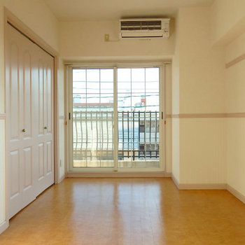 格子の窓に、フレンチシックな収納ドア(※写真は3階の同間取り別部屋のものです)