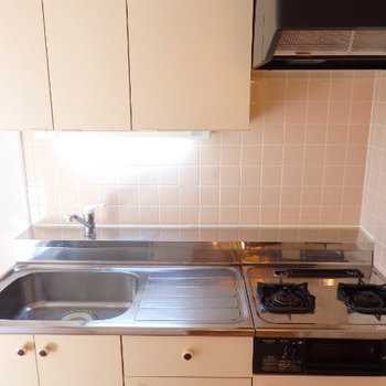 キッチンはガス2口で幅も広い(※写真は3階の同間取り別部屋のものです)