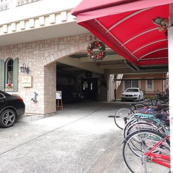 駐輪場は半屋根付きです