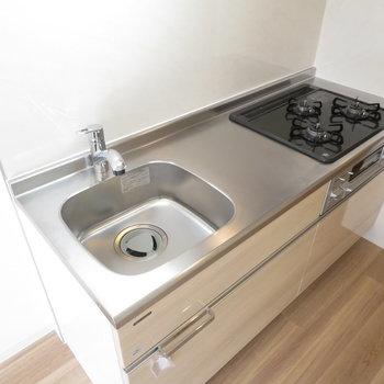キッチンは3口コンロのシステムキッチンです