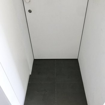 玄関床もタイル張り。