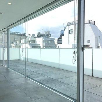 【10帖】水族館のように大きな窓。