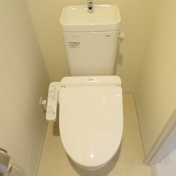 トイレは独立していて落ち着いた雰囲気に※写真は同間取り別部屋のものです