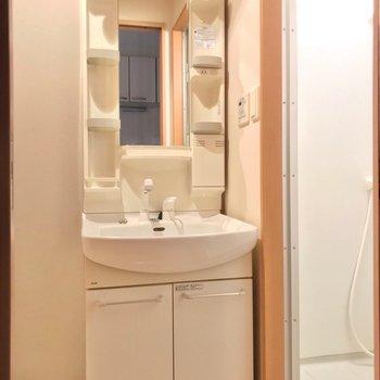脱衣所はキッチンの向かいに。どっしり洗面台で朝の支度もラクラクです◎