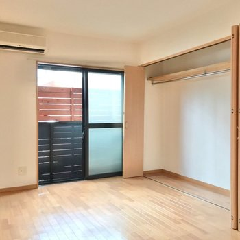 5.7帖の洋室には、壁一面に収納。すっきり片付いた暮らしができそう!