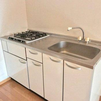 冷蔵庫はシンクの隣に置けますよ。2口コンロでパパっとお料理できますね♩