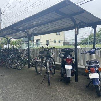 自転車・バイクは1階にどうぞ。屋根付きなので愛車を雨風から守ってくれますよ。