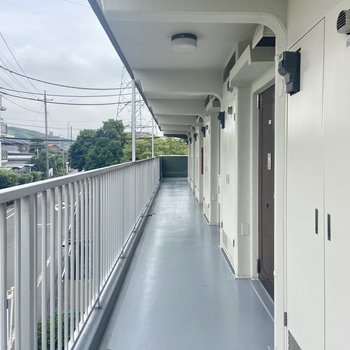 共用廊下は屋根付きで雨の日も濡れにくいのが嬉しい。