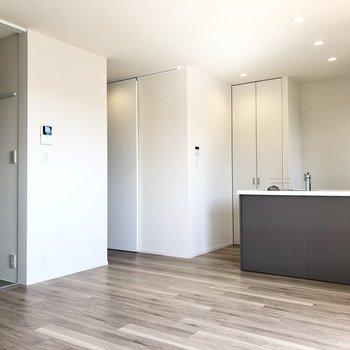 【LDK】ダウンライトの温かい光がお部屋を照らしてくれます。