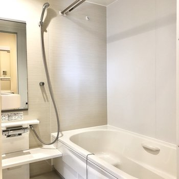 お風呂は湯船も洗い場も広々していますよ。
