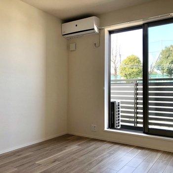 【洋室】テレビは左側の壁沿いに。