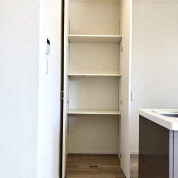【LDK】キッチン背後の収納には調理用品もたくさん入りそうですよ~。