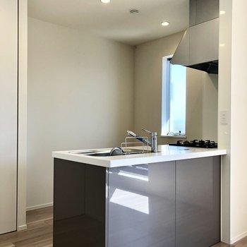 【LDK】キッチンには小窓もあって換気が楽々ですね。