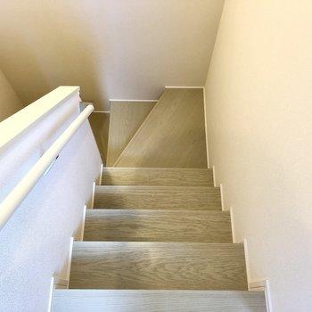 階段を下りて玄関へ。