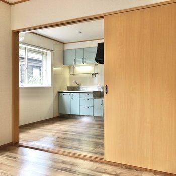 【洋室6帖】キッチンからのいい匂いが漂ってきそう。