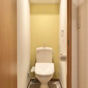 なんと、トイレにも黄色のクロス。