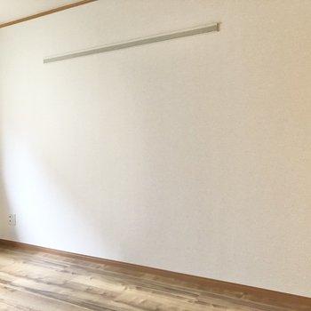 【洋室6.5帖】壁には長押付きです。