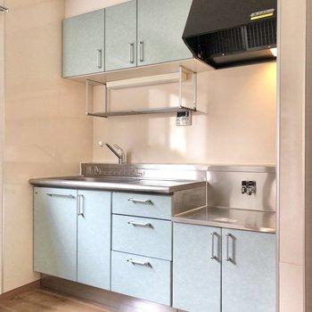 【DK】パステルブルーのキッチンには収納たっぷり。