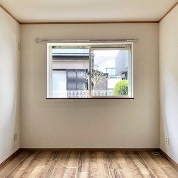 【洋室6.5帖】もう1つの洋室へ。腰窓になっていて、インテリアも配置しやすいですね。