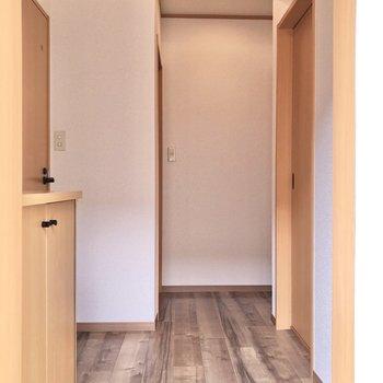 玄関から見ると、右にサニタリールーム、左にトイレ、奥が居室に繋がります。