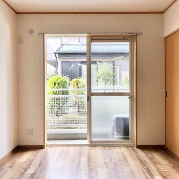 【洋室6帖】窓からバルコニーへ出られます。