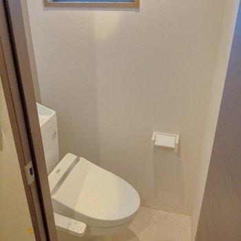トイレはウォシュレット付き♪換気できる窓も◎