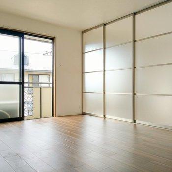 透明な引き戸は光を通すので閉めても圧迫感ありません。