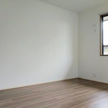 玄関横の洋室は2面窓。