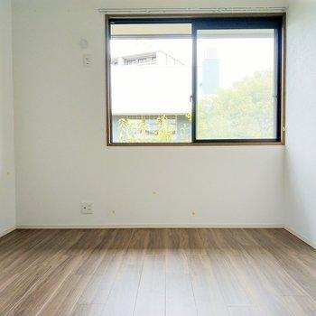 やわらかな光の入る洋室。独立しているので寝室にしたいな。