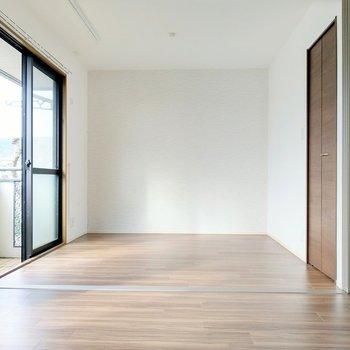繋がる洋室はさりげない波模様のアクセント。