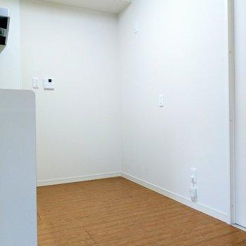 後ろに冷蔵庫や食器棚を置いても十分な通路幅。