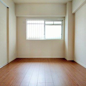 玄関横の洋室につながっていました。やわらかい光が射し込みます。