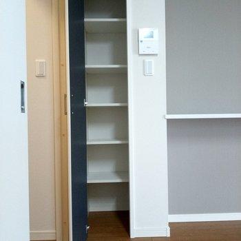 LDK入ってすぐに収納スペース。小物やストック置き場に。