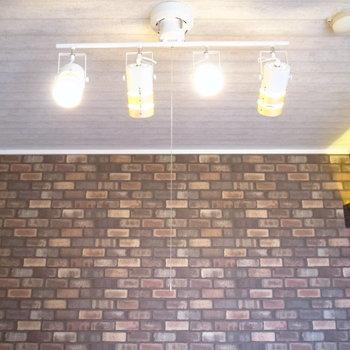 照明は、4連の可動タイプのライト!お部屋によく合いますね。