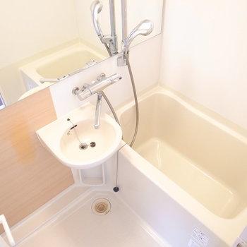 お風呂は洗面台が一体のタイプですが、きちんとリノベがゆき届いています。