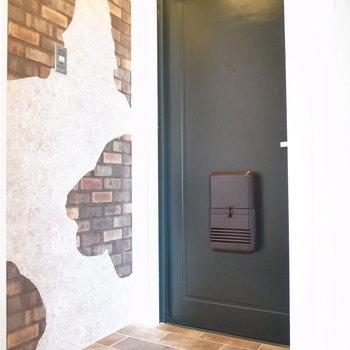 玄関も狭さはありません。写真右側は白いルーバーで、テンションが上がります♪